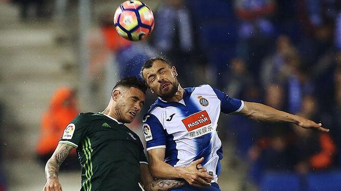 cdac5a31f El delantero del Betis Sanabria pelea por un balón aéreo con el  espanyolista Javi Fuego.