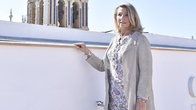 Cristina Heeren posa en la terraza de su nueva sede trianera. Al fondo, el campanario de Santa Ana