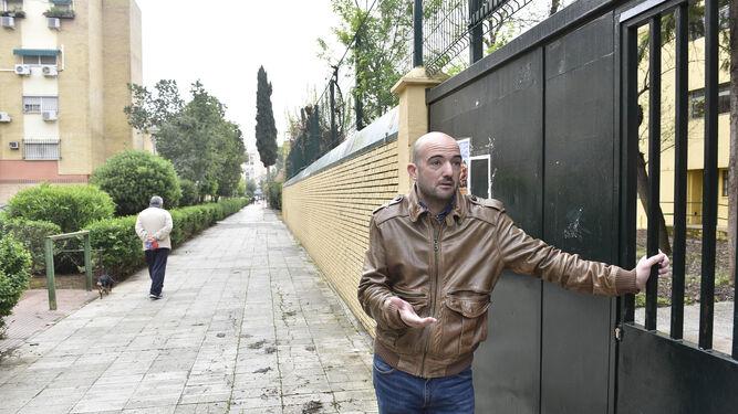 Carlos Vaquerizo, poeta del barrio, premio Adonais, en la puerta del instituto Félix Rodríguez de la Fuente.