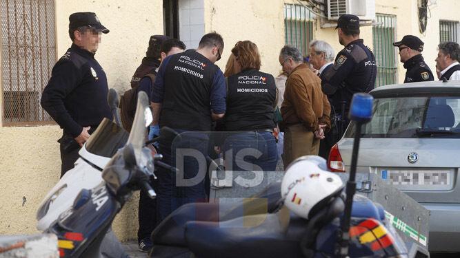 Agentes de la Policía Nacional, a las puertas de la vivienda en la que se ha encontrado el cadáver.