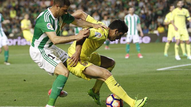 Joaquín presiona a un rival.