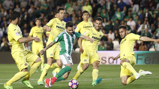 Rubén Castro, rodeado de jugadores amarillos dentro de la área rival.