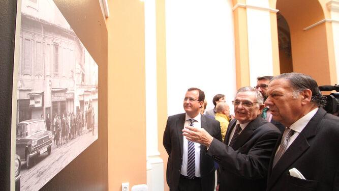 Jesús Martín Cartaya explica una fotografía al hermano mayor de los Gitanos, José Moreno, en presencia del edil de Fiestas Mayores, José Carlos Cabrera.