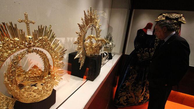 Las coronas de la Virgen del Socorro y de las Angustias, en primer plano.