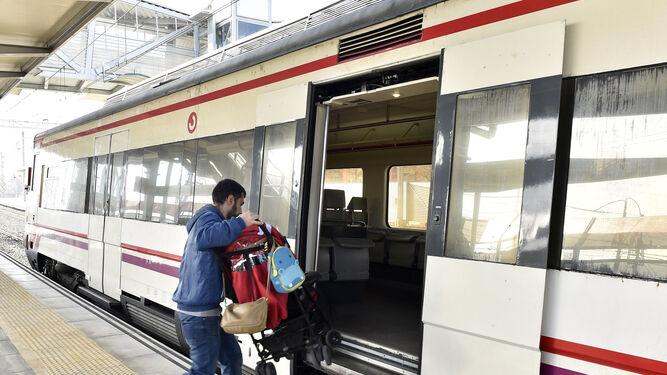 Un usuario subiendo a un tren de Cercanías en Sevilla.