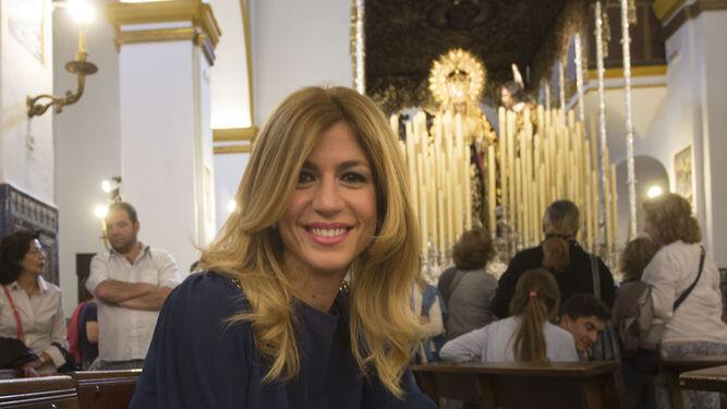La periodista Reyes Prados delante del paso de la Virgen de la Amargura.