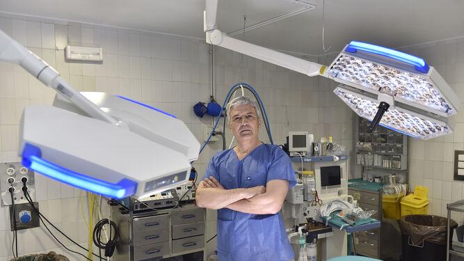 El doctor Manuel Rovira, traumatólogo y costalero, en un quirófano del Hospital Virgen Macarena.