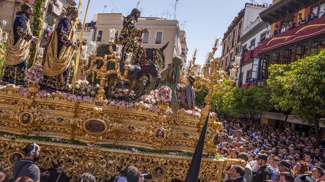 El paso de la Sagrada Cena se dispone a girar de la calle Laraña a Orfila para buscar la carrera oficial.