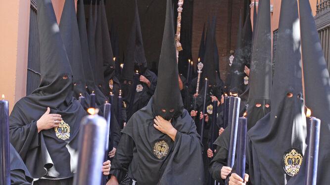 Nazarenos de la Hermandad de Santa Marta.