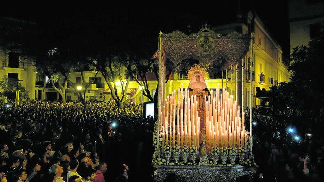 La Virgen de las Aguas de la Hermandad del Museo con toda la candelería encendida tras salir de su capilla.