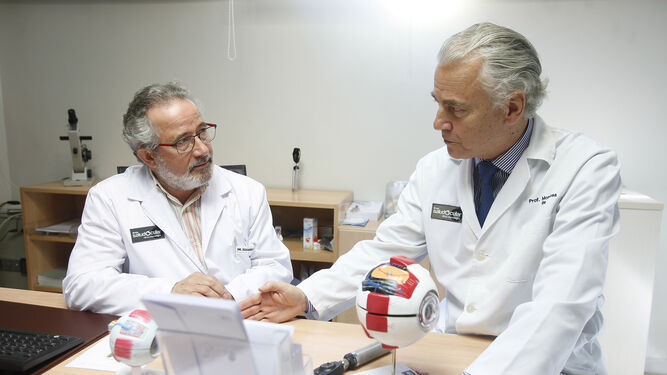 Los doctores Eduardo Esteban González e Ignacio Montero de Espinosa, especialistas en Oftalmología.
