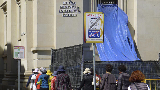 Junto a la plaza Ministro Indalecio Prieto pasan los nazarenos de la O.