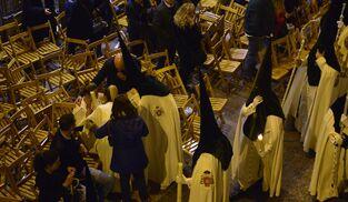 Nazarenos asustados, junto a las sillas de la Carrera Oficial.