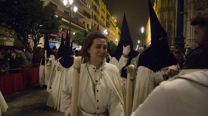 Una nazarena de la Macarena en los instantes de revuelo vividos en la Avenida de la Constitución.