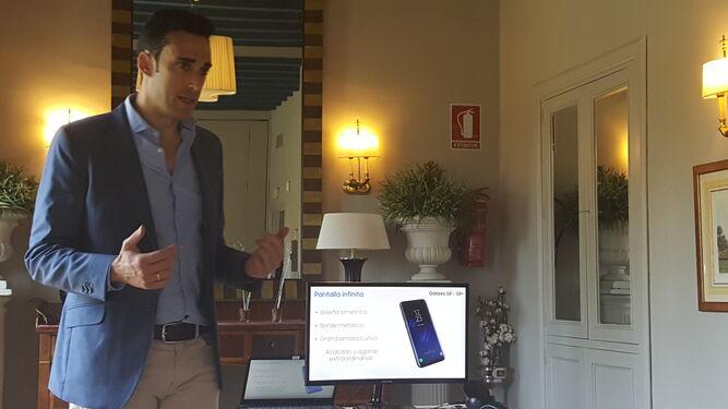 Ángel Pascual, de Samsung España, desglosando las características del S8 y S8+.