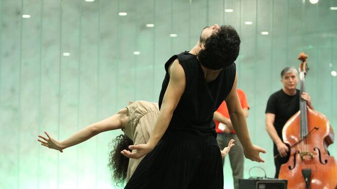 1. Momento de la 'performance' 'Curiosos', de los sevillanos Susana López y Helliot Baeza. 2. Muestra 'Creando imposibles', de Ricardo Rojas.