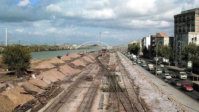 Las vías ferroviarias y el muro de la calle Torneo, en la imagen, se desmantelaron y dieron paso a la nueva avenida de Torneo y al Paseo Juan Carlos I.