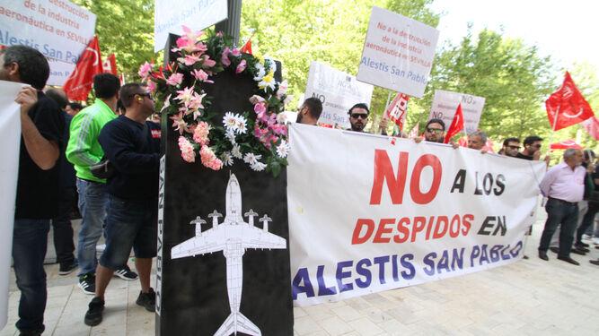 Empleados de Alestis, durante la concentración en protesta por el ERE ante la delegación del Gobierno en Andalucía.