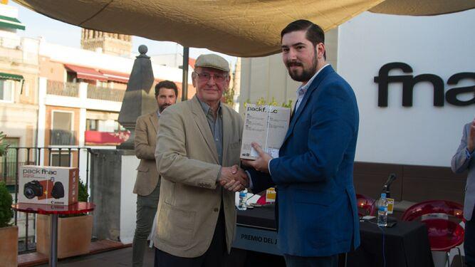 Manuel Ruesga Bono entrega el premio del jurado a Eduardo Martínez