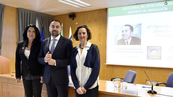 Pilar Rodríguez, vicerrectora de Relaciones Institucionales y Comunicación de la UPO, Antonio Fernández y África Calvo, decana de la facultad de Ciencias del Deporte.