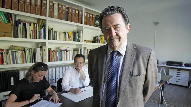 Gonzalo Díaz y Recasens, en su estudio, durante un momento de la entrevista.