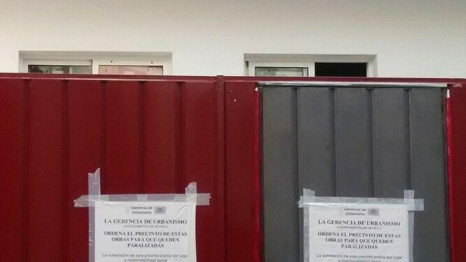 Detalle de los carteles colocados en el exterior del inmueble.