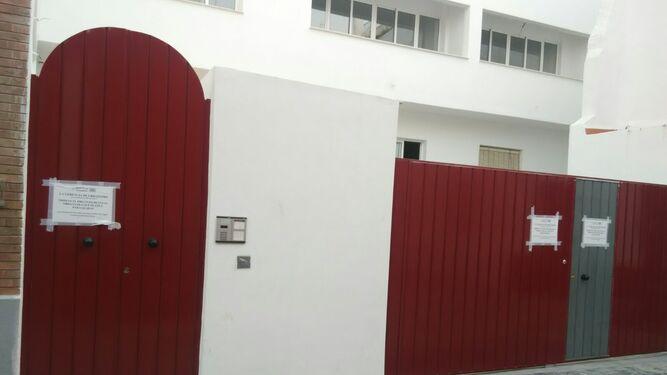 Fachada principal del edificio reformado para su venta en pisos con garaje y piscina.