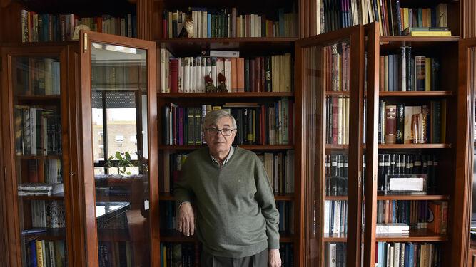 Carlos Martínez Shaw, en su domicilio, durante la entrevista.