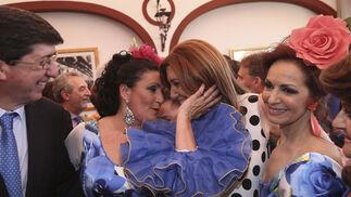 La presidenta de Andalucía, Susana Díaz, con Las Carlotas y Juan Marín.