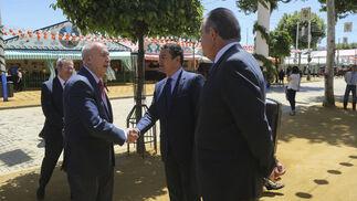 El jefe superior, José Antonio de la Rosa, saluda al delegado del Gobierno en Andalucía, Antonio Sanz, en la puerta de la caseta de la Policía Nacional.