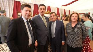El abogado Eduardo Osborne, el hermano mayor de los Estudiantes, Jesús Resa; el presidente del Consejo de Cofradías, Joaquín Sainz de la Maza; y su esposa, Marta María Padró.