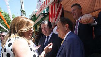 La presidenta de la Junta, Susana Díaz, saluda a Borja Prado y Antonio Pascual.
