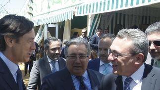 El portavoz  del PP en el Congreso,  Rafael Hernando, saluda a otro de los asistentes, ante Zoido.