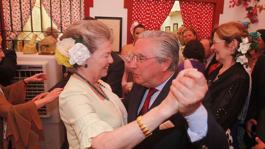Enrique Moreno de la Cova baila un pasodoble con Ana de Orleans, descendiente de los duques de Montpensier.