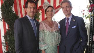 Luis Miguel Pelayo y Julio Serrano, acompañado de su mujer, Adela Dehesa.