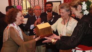Ana de Orleans y Gloria María de Orleans-Braganza, duquesa de Segorbe, reciben la 'Caseta de Oro' de manos de Beatriz Valdenebro, marquesa de Torres de la Presa.