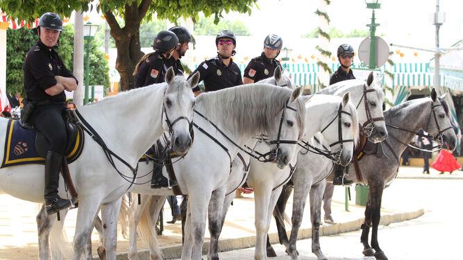 Policías a caballo en la calle Joselito el Gallo.