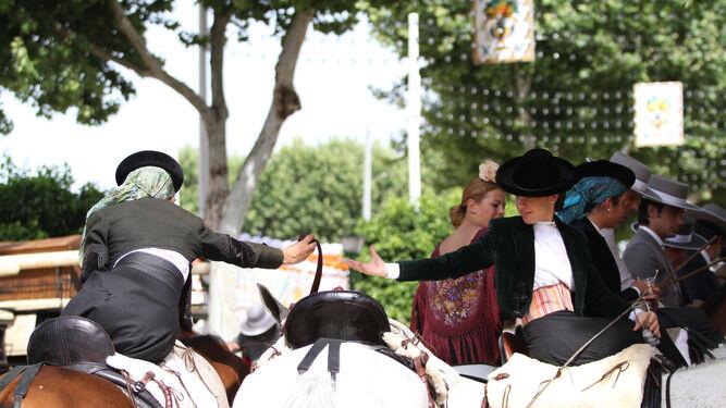 Saludo entre amazonas en el real de la Feria.