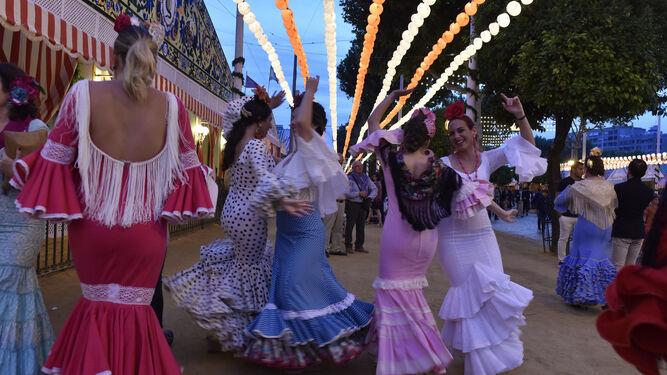 Baile en la calle con farolillos que abrían la noche del jueves.