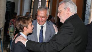 El cardenal Amigo y Javier Arenas, con Carlos Arenas Olivencia.