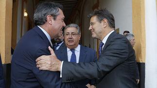 El alcalde de Sevilla, Juan Espadas, y Rafael Catalá se saludan en presencia de Juan Ignacio Zoido, ministro del Interior.