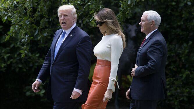 Donald Trump y su esposa, Melania, poco antes de volar ayer hacia Riad, junto al vicepresidente Mike Pence.