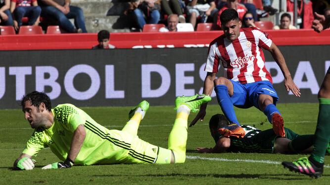 Dani Giménez mira como la pelota va hacia su portería en el tantod el empate.