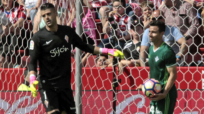 Rubén Castro recoge la pelota de las mallas en el primer gol tras un error garrafal de Cuéllar.