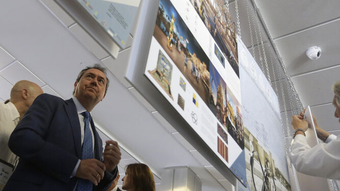 Juan Espadas estuvo presente en el fallo del jurado para seleccionar los nuevos diseños de fuentes de agua.