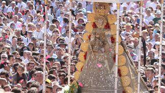 La Virgen del Rocío continúa su procesión.