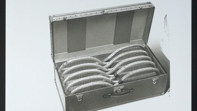 08f770844 Interior de una maleta de raquetas de LV del año 1914.