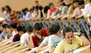 Alumnos examinándose de Selectividad.