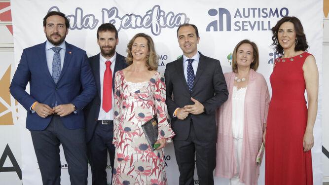 1. En el centro, Merces Molina, presidenta de la asociación, junto a miembros de Autismo Sevilla e invitados. 2. Una imagen de grupo momentos antes de entrar en la gala en el Pabellón de la Navegación.