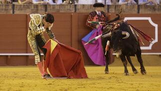 Pablo Aguado, de verde y oro, abrió el mano a mano en La Maestranza